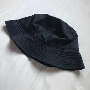 BASIC BLACK BUCKET HAT